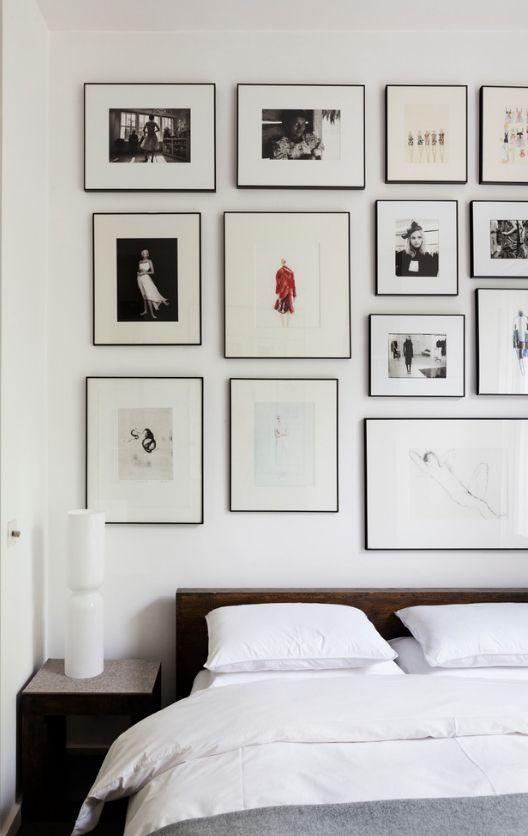 Спальня с множеством картина на стенах - не лучший вариант для комнаты отдыха