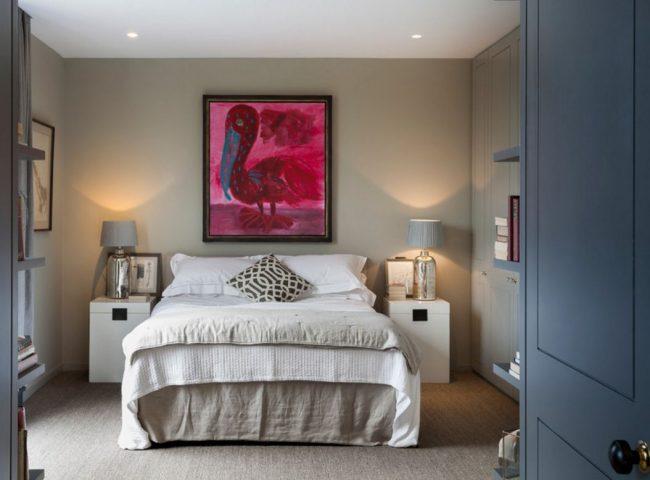 Картина может стать цветовым акцентом в спальне