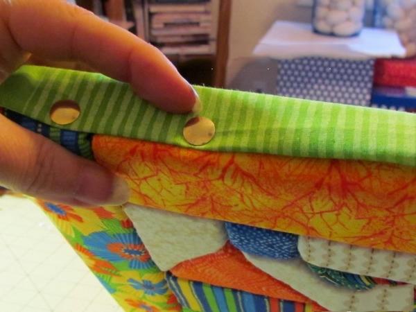 Закрепляем кнопками по краям остатки ткани