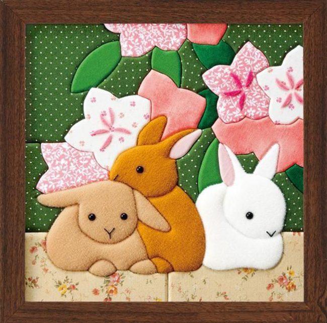 Милые кролики из флиса на картине, сделанной по технике кинусайга