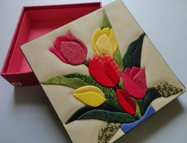 Красочный букет тюльпанов, которым можно украсить подарочную коробочку