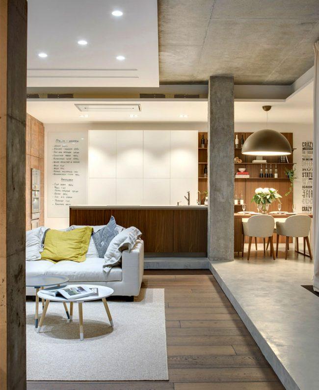 Зонирование гостиной и кухни-столовой благодаря бетонной колонне