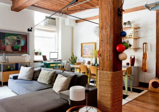 Деревянная колонна, разделяющая зону кухни и гостиной