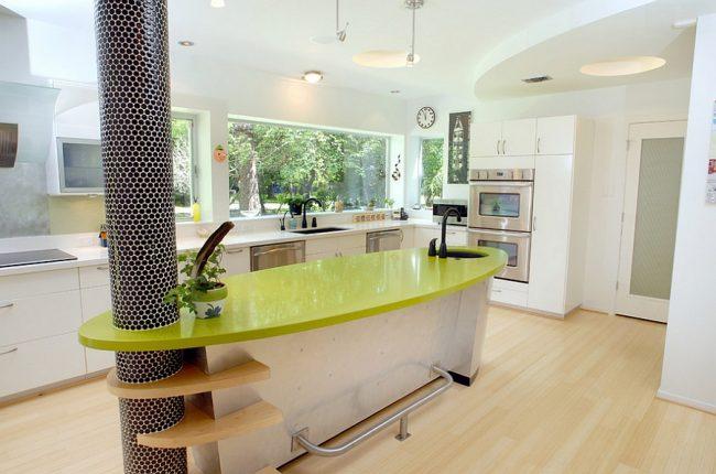 Колонна, украшенная черной мозаикой, в современном интерьере кухни