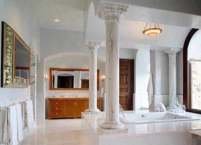 Красивые каменные колонны в ванной комнате