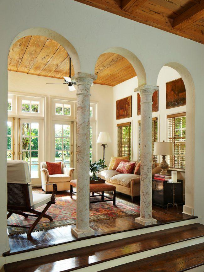 Стильные мраморные колонны в интерьере