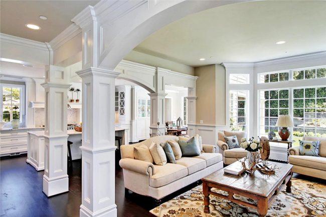Колонны как декоративный элемент в частном доме