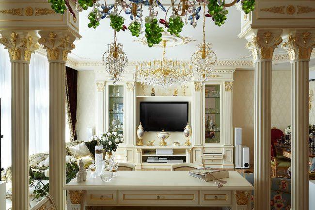 Интерьер в стиле барокко украшен колоннами с золотыми узорами
