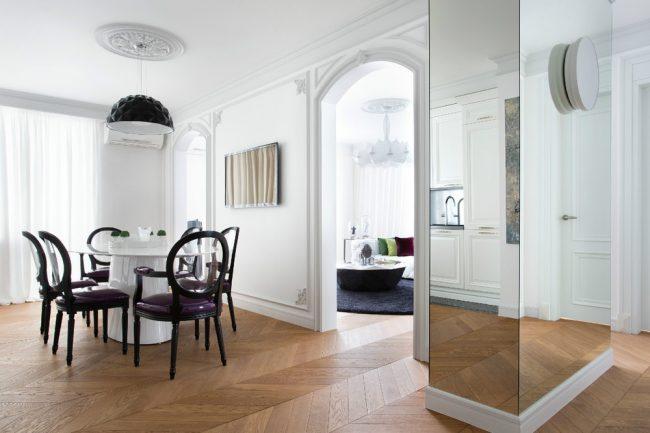 Широкая декоративная колонна с зеркальной отделкой