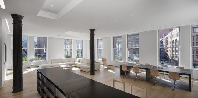 Черно-белый модерн с деревянными вырезными колоннами