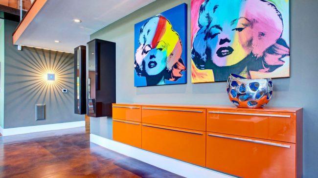 Выразительная яркая консоль со шкафчиками, расположенная практически на всю стену прихожей