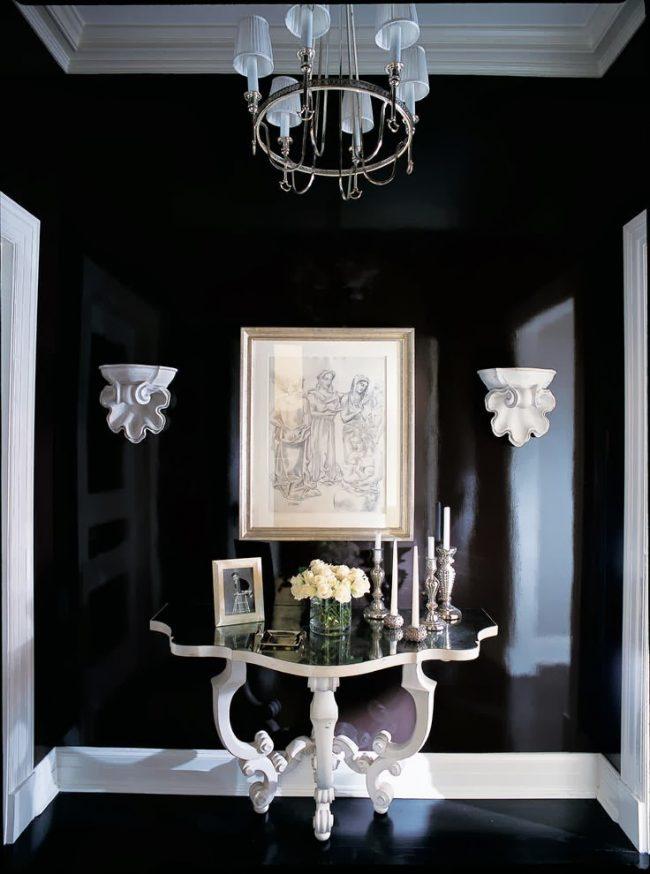 Роскошная винтажная консоль в черно-белом холле