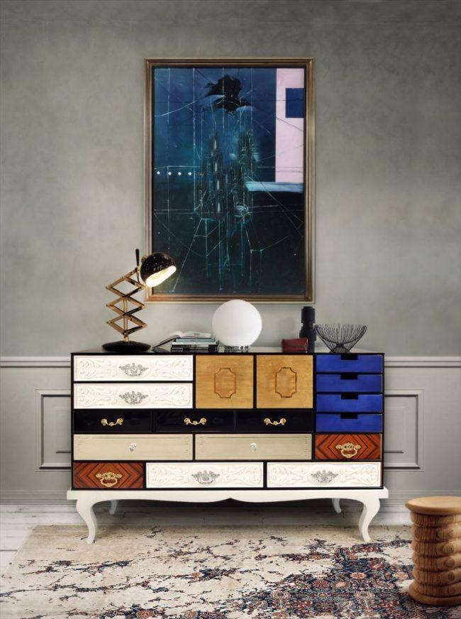 Столик с ящичками в стиле арт деко в просторной прихожей
