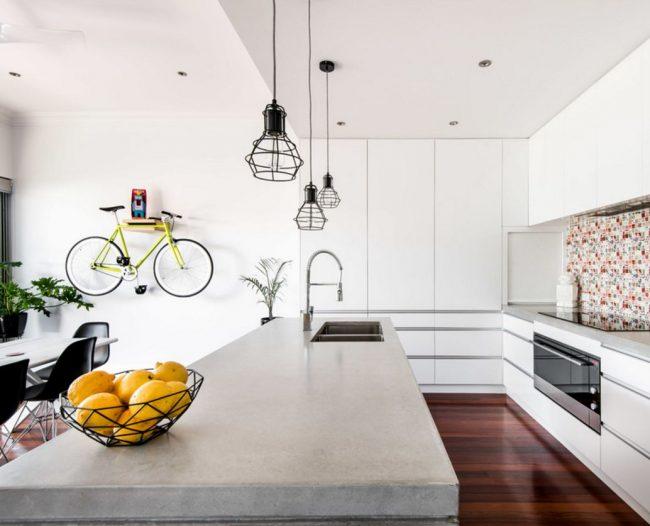 Полка для крепления велосипеда к стене гармонично вписывается в интерьер кухни-гостиной