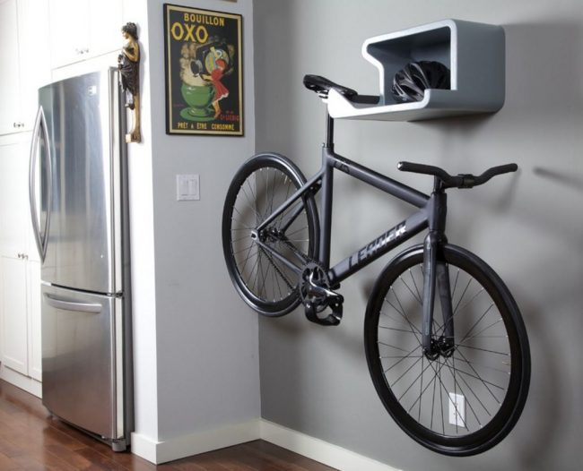 Полка для хранения велосипеда гармонично вписывается в интерьер квартиры и предусматривает место для других вещиц, например, шлемов
