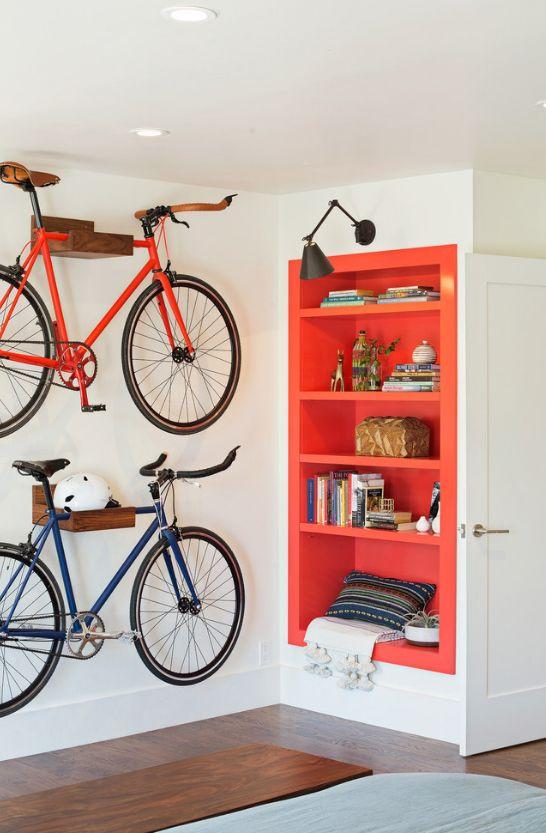 Крепление велосипедов к стене осуществляется за счет размещения рамы в специальном отверстии полки