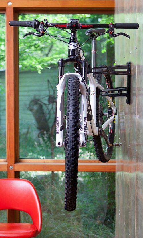 Крепление велосипеда к стене с помощью крюков позволяет избежать соприкосновения со стеной и сохранить ее эстетический вид надолго