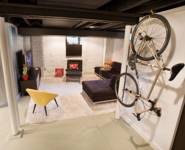 Вертикальное расположение велосипеда относительно пола и параллельно стене выгодно экономит пространство в маленькой квартире