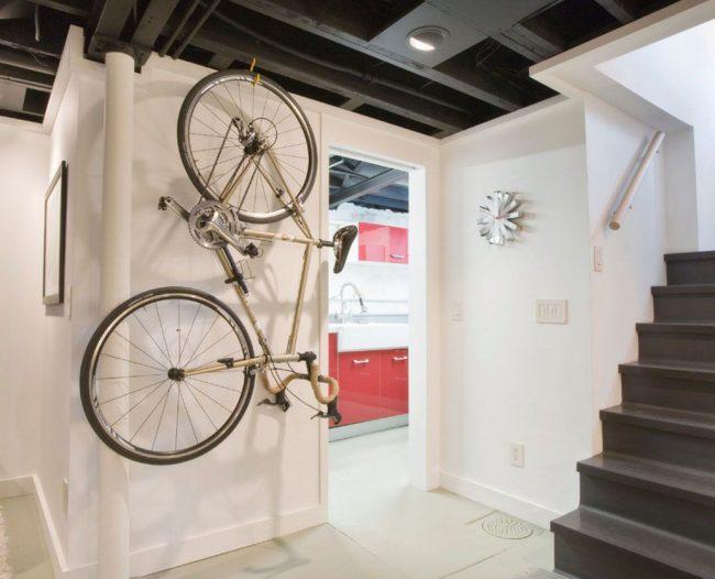 Идеальным местом хранения станет холл загородного дома или пространство под лестницей