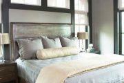 Фото 1 Стоит ли ставить кровать изголовьем к окну? Плюсы, минусы и 80 комфортных реализаций