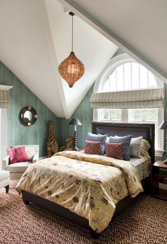 Спальня в мансарде предусматривает установку кровати изголовьем к окну