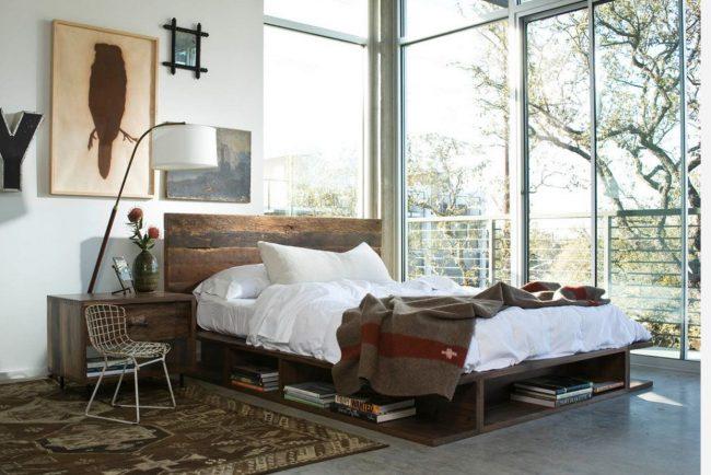 Кровать изголовьем к окну: угловая спальня в духе модерн с панорамным остеклением в загородном доме