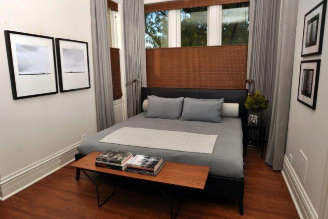 Количество света в спальне можно регулировать при помощи жалюзи и штор