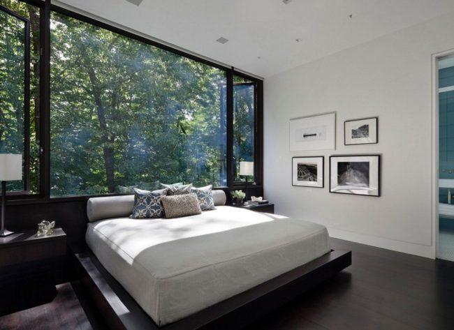 Свежий взгляд на спальню: установка кровати изголовьем к окну на всю стену