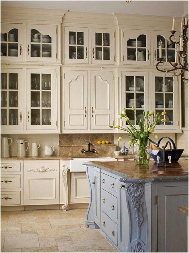 Деревянный кухонный гарнитур, окрашенный в пастельные тона