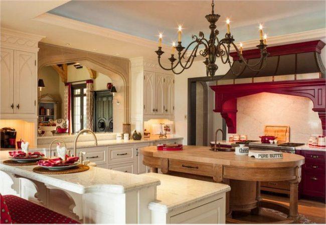 Светлые тона помогут обозначить основную рабочую зону в кухне