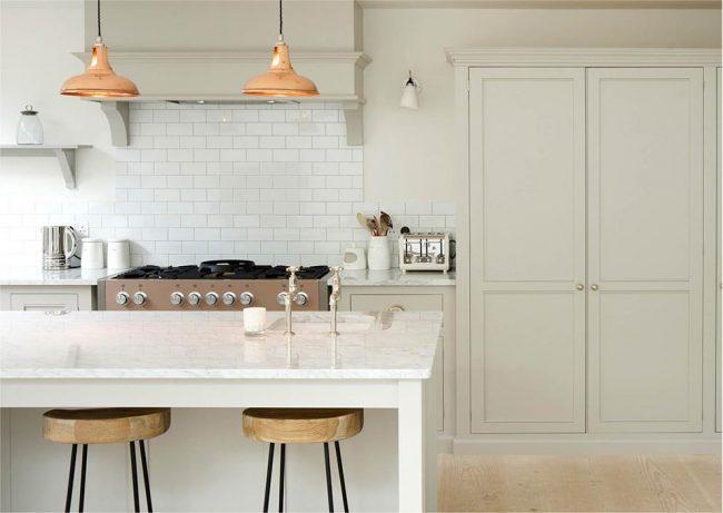 Однотонная светлая кухня создает особую атмосферу в жилище