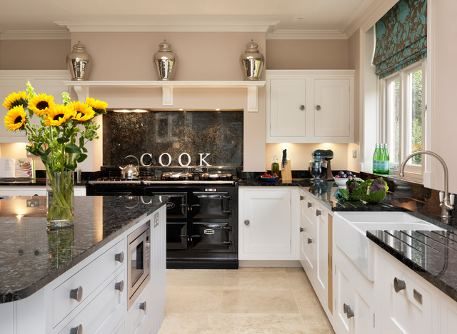 Кухня в цвете айвори в сочетании с черным