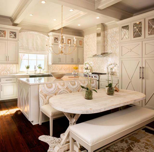 Малогабаритная бежевая кухня в стиле прованс