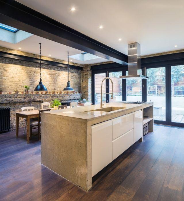 Темное оформление кухни в сочетании со светлым гарнитуром