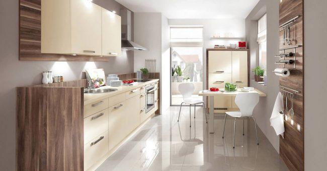 Уютная, хорошо освещенная светлая кухня в сочетание с природными отделочными материалами