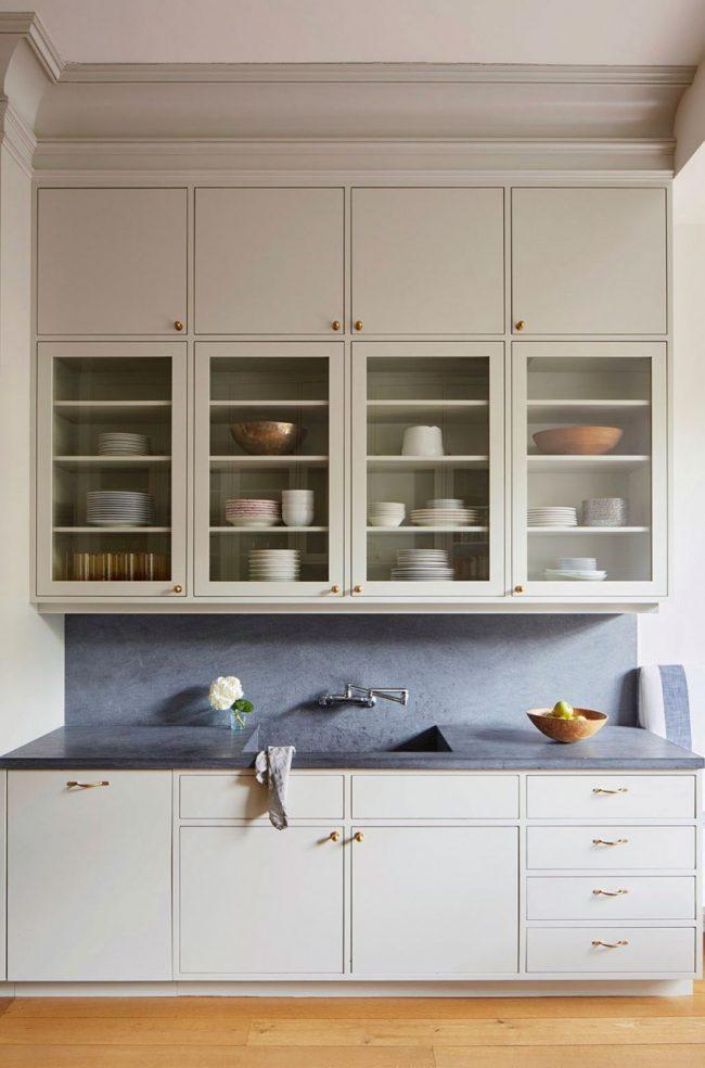Контрастная каменная рабочая зона в традиционной кухне