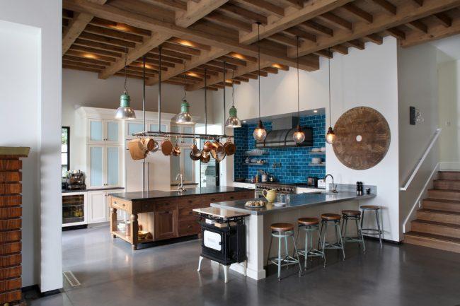 Светлые элементы мебели помогут совместить несколько противоположных оттенков в одном помещении