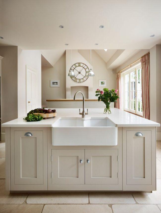 Светлая просторная кухня в традиционном стиле