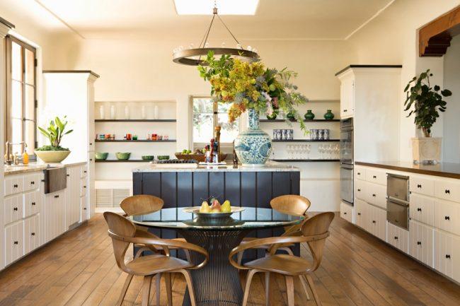 Красивое сочетание контрастных оттенков кухонного гарнитура