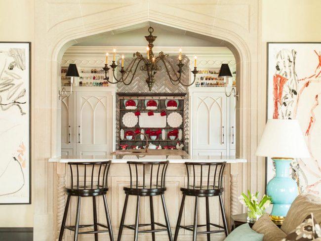 Кухня цвета слоновой кости: небольшая барная стойка в арке заменит обеденный стол в небольшой семье