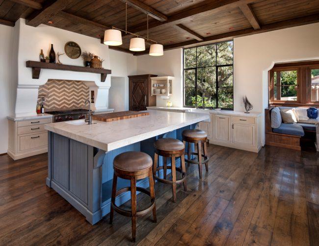 Современная кухня, оформленнаяв оттенках айвори, голубого и коричневого