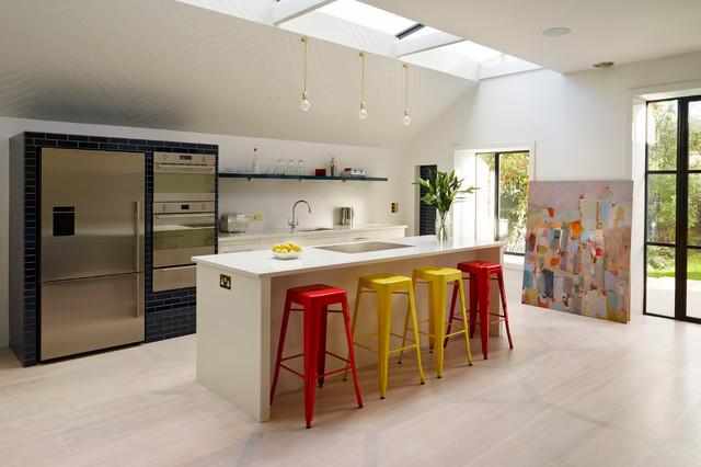 Небольшая кухня в стиле минимализм с отличным естественным освещением