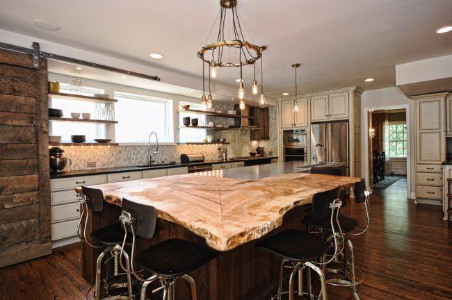 Необычное оформление интерьера кухни, сочетающее в себе несколько стилей