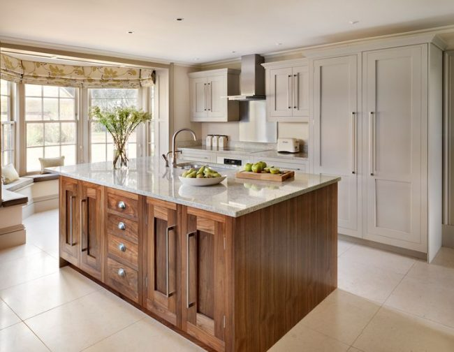 Красивая римская штора на эркере в классической кухне