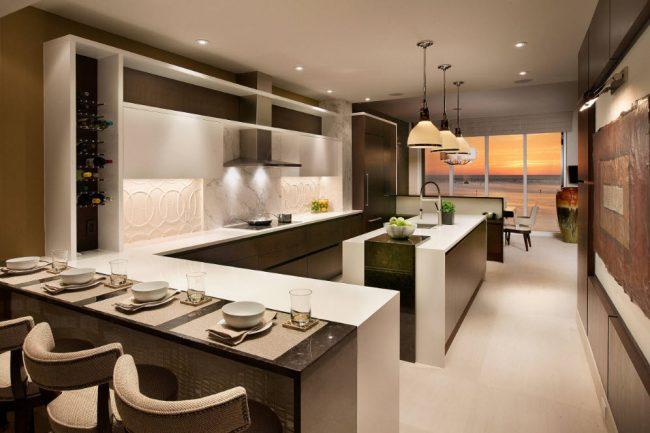 Традиционное сочетание оттенков в просторной кухне