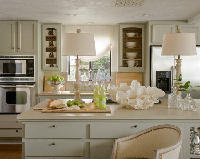 Кухня в стиле кантри в нежных светлых оттенках