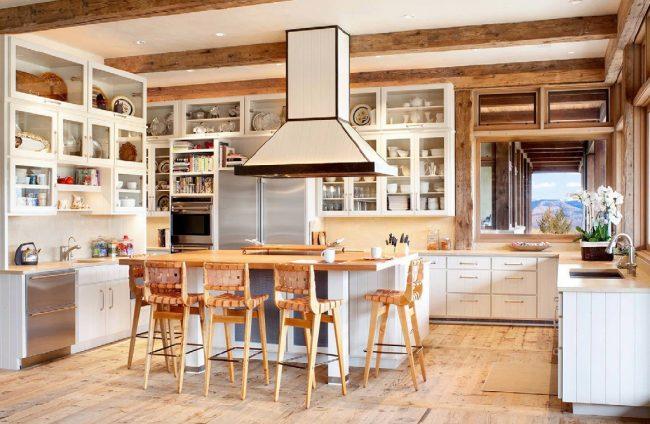 Кухня цвета слоновой кости с применением в отделке натуральных материалов