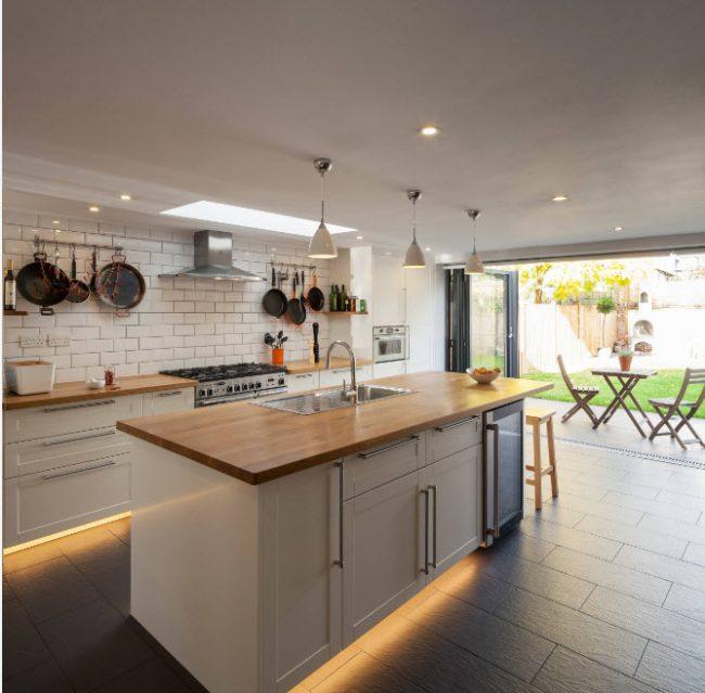 Кухня в скандинавском стиле с деревянной столешницей светлых пород