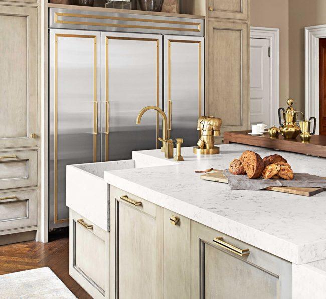 Классический стиль в цвете айвори с золотыми элементами декора