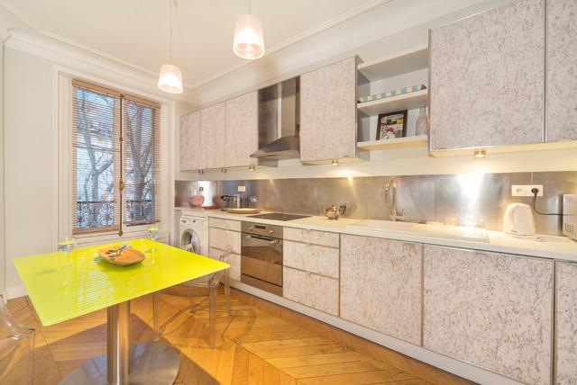 Небольшой обеденный стол с прозрачными стульями помогут сэкономить пространство на кухне